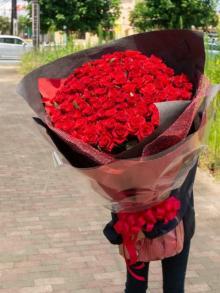 """「鈍器レベル…」""""108本のバラ花束""""制作の花店に驚きの声、「プロポーズの対策伝えることも」"""