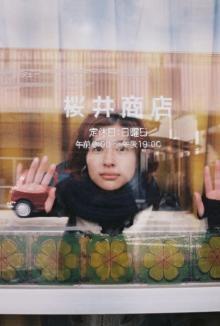 カメラが趣味の奈緒が撮影 素顔の佐久間由衣など写真展、9つの劇場で開催