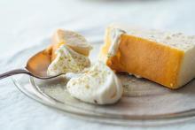 チーズケーキに添えるのは、生クリームと山椒。「ミスチ」のシェフが考案した夏のアレンジレシピがおいしそう