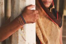 つけているのは、あたたかい支援の輪。ARTIDA OUDのブレスレッドでインドの子どもたちにエールを送れます