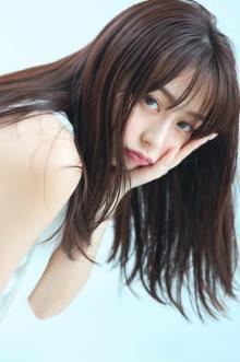 宇垣美里、夏ワンピで魅せる大人の美しさとキュートな笑顔 『マガジン』初表紙
