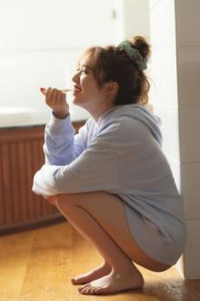 乃木坂46渡辺みり愛、美肌きわ立つ朝の爽やかカット 写真集が発売前重版に