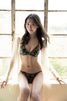 中川知香、4年ぶりグラビアでランジェリー披露 連ドラ2本出演の人気女優