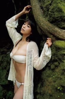 """""""Hカップ才女""""わちみなみ、伊豆大島の大自然に抱かれたHカップ披露 写真集カット公開"""