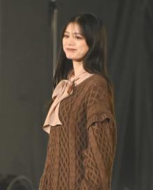 【TGC2021A/W】紺野彩夏、大きめリボンの秋コーデ キュートな笑顔見せる