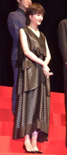 松井愛莉、胸元ざっくりドレスで登壇 鳥オタク役を好演し田中圭「オタク界一腕が長い」