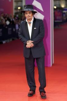 ジョニー・デップ、ディオールのタキシードでレッドカーペットに登場