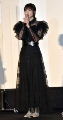 小松菜奈、真っ赤なリップに透け感ロングドレス 有観客舞台あいさつに「緊張感が違う」