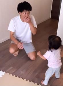 「明日からパパも頑張るね泣」1才娘が初めて立った父のリアクションに230万再生「パパの感動ぶりに感動」