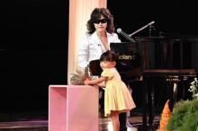 "Toshl、""奇跡の3歳歌姫""と初コラボ 名曲「さんぽ」でデュエット"