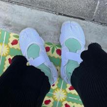 寒くても「サンダルスニーカー」を楽しみたい。カラーソックスをチラ見せさせて、秋もサンダル履いちゃわない?