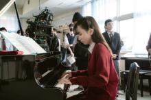 永野芽郁、ピアノの上達ぶりに母感動 岡田健史もメキメキ上達メイキング映像公開