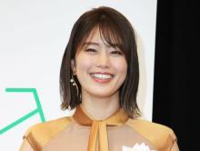稲村亜美、はだけたニットから肌見せ「色っぽ過ぎ」「健康美が最高です」