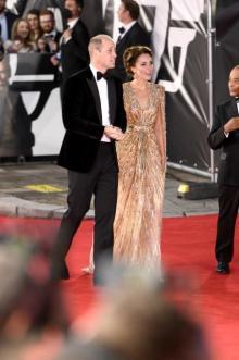 キャサリン妃、煌びやかな全身ゴールドで「007」プレミアに登場