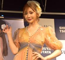 """明日花キララ、カレンダーで""""2億円の女""""に「一緒に自分磨きをしていただけたら…」"""
