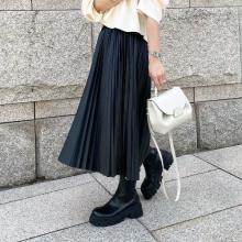 【今週なに着る?】25度前後の爽やかな秋晴れ予報。重厚感あるレザースカートはシアー素材で軽やかさを演出