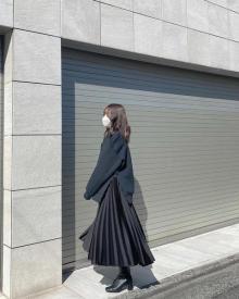 """""""名品""""のワケは、上品に揺れる裾と光沢感にあり。ユニクロ×セオリーは「プリーツラップスカート」が狙い目"""