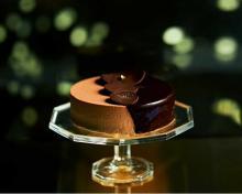 メゾンカカオのXmasケーキは濃厚チョコ×あまおう苺の8層仕立て。美しい断面はカットしてからのお楽しみです