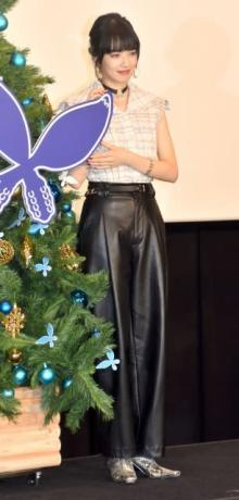 小松菜奈、ノースリーブ衣装で美スタイル クリスマスの思い出はサンタ見るため「夜ふかし」
