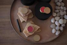 筆でとって、紅を差す。所作が美しく見える口紅や、絵画が並ぶコンセプトショップが東京・蔵前にオープン