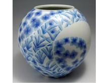 佐倉市立美術館で企画展「作陶50年記念 上瀧勝治展―磁器に咲く花」を開催
