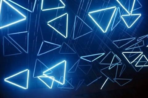 人気の三角形モチーフは、フレンチネイルに合わせるとスタイリッシュ&上品になる♪