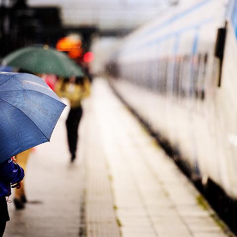 梅雨の満員電車をサラッと乗り切るファッション