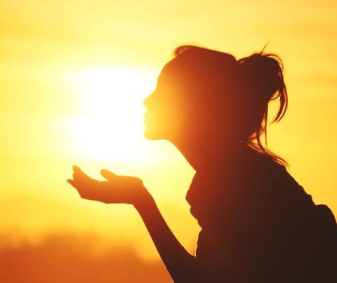 空に恋する指先♡梅雨の時期も笑顔で過ごせる太陽カラー×グリッターネイル