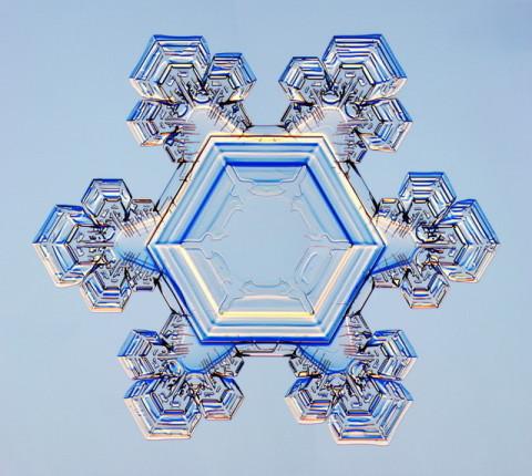 雪の結晶を指先に乗せて、冬ネイルを思いっきり楽しもう♪