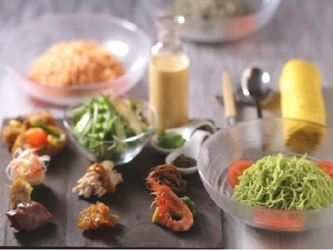 おもてなしにもぴったりな夏のごちそう麺はコレ!選べる3種の麺や福山町産黒酢入り胡麻ダレスープに、絶品中華風いなり寿司までついた豪華版