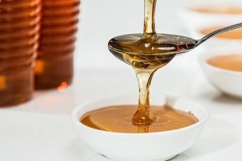 アロマオイルと蜂蜜で肌にうるおいを! 簡単手作り化粧水レシピ