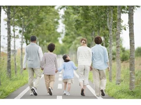子や孫との海外旅行に約50万円、へそくり額は約100万円!今どきシニアのリアルなお金事情とは?