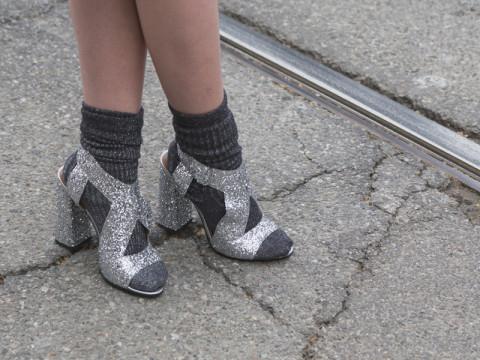 黒とグレー、そして薄手素材。ソックスで足元を秋にスライド