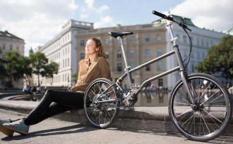 スーツケースにも入っちゃう!とことん小さく折りたためる電動自転車が便利♪