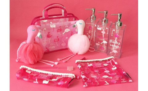 ピンクだらけでテンション上がる♡フラミンゴと虹がラッキーチャームの新生活グッズがPLAZAで発売