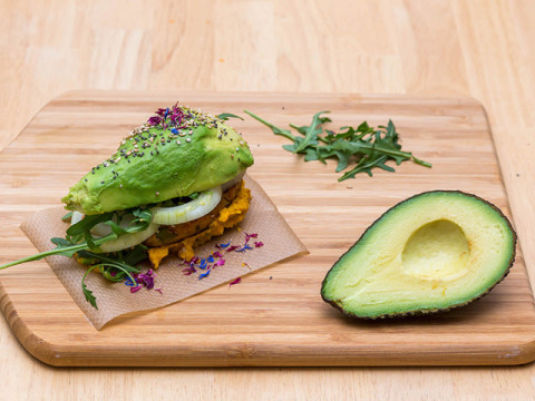 ダイエット中の罪悪感消える、野菜で挟むヘルシーバーガー