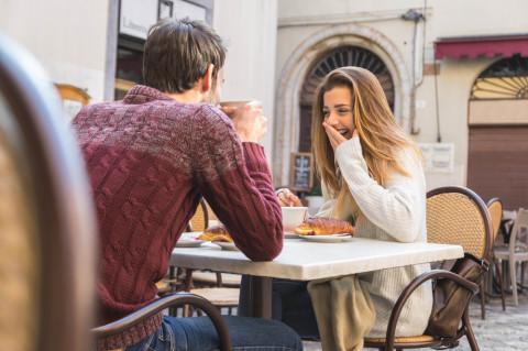 モテる女子は「男性の心をくすぐるように」話を聞く