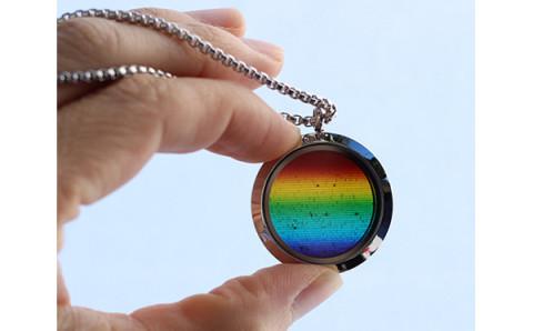 なにかイイコトありそう!?光を通すと虹が出現するアクセサリーが神秘的