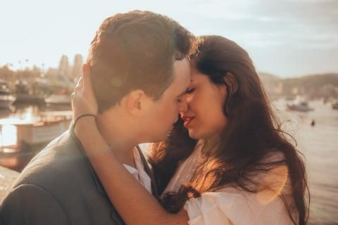 その後もしちゃう…?彼氏がつい夢中になっちゃうキスの仕方って?