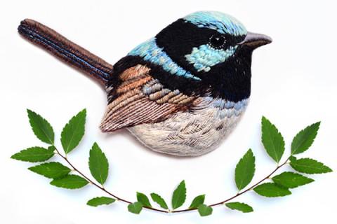 今にも動き出しそう♪精巧に刺繍された鳥たちのブローチがステキ♡