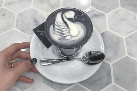 白と黒のモノトーンがかっこいい♡オーストラリアで話題の「ブラックラテ」