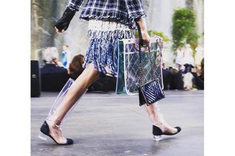 雨の日が待ち遠しい♩「シャネル」のレインファッションがスタイリッシュ