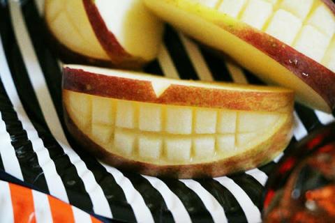 簡単♪ハロウィンに口の形のリンゴ飾り切り