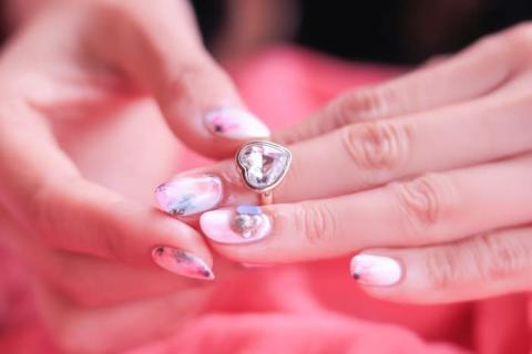 彼の右手薬指に指輪を発見…!彼女がいるかどうかを調べる質問5つ