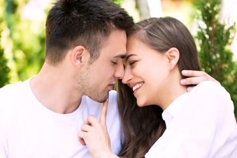 男性が「キス中に言われると嬉しいひと言」4選