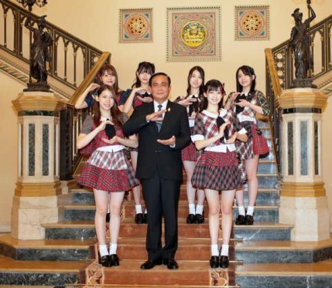 "AKB48、タイ首相に""恋チュンダンス""を披露"
