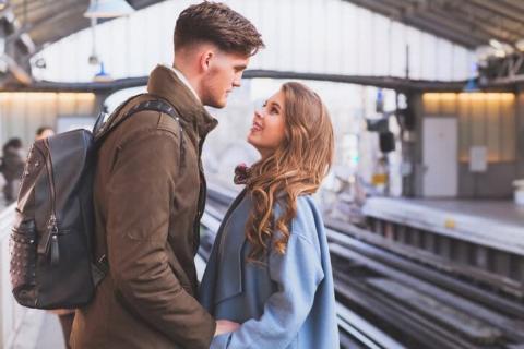 通勤電車が恋のチャンス!男性が思わず声をかけたくなる女性の仕草