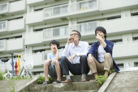 蒼井優・竹内結子らが共演、映画『長いお別れ』場面写真8点公開 アイスをほおばる中村倫也も
