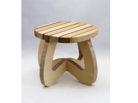 """美しい新素材""""虹彩杉""""を使ったこども椅子作りを体験!"""