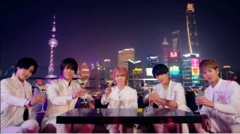 マジプリ、上海のネオンに包まれ乾杯 「イモトのWiFi」新CM